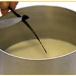 Versare in una pentola tutto il latte, circa un terzo dello zucchero e la mezza bacca di vaniglia, aperta nel senso della lunghezza e grattugiata.