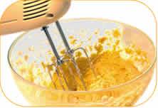 Con la frusta, montare il composto fino ad ottenere una crema leggera. Aggiungere infine anche la farina setacciata.