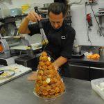 Michel Paquier mentre decora il Croque en Bouche con fili di caramello